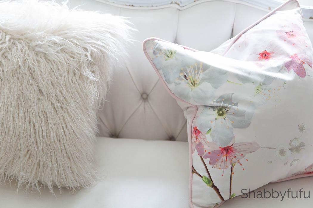 white-tufted-sofa-fur