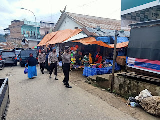 Pantau Prokes, Personel Polsek Alla Patroli di Pasar Sudu