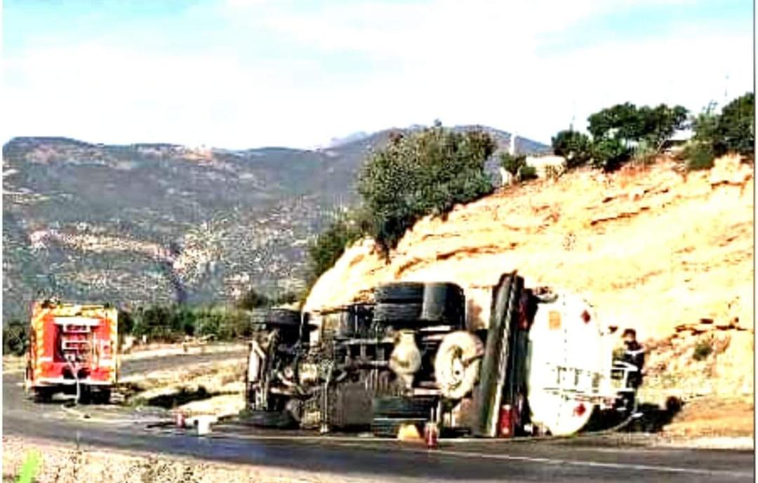 ازيلال: وفاة سائق شاحنة بعد انقلابها في منعرج بين الويدان