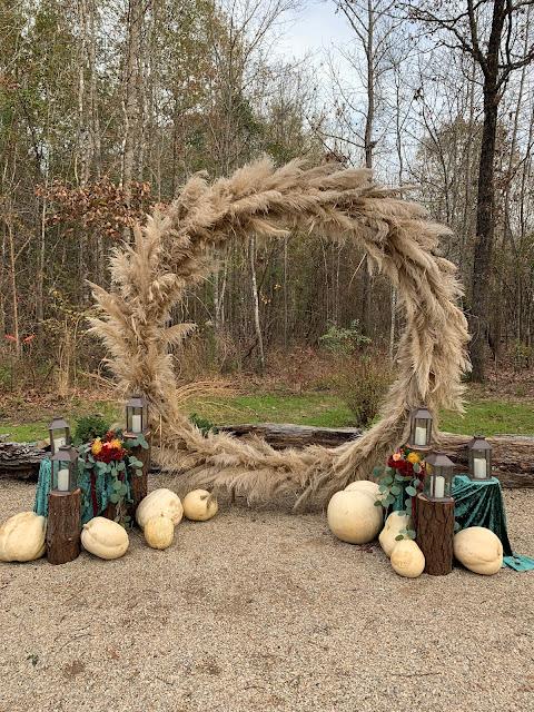 fall wedding backdrop using pampas grass ring
