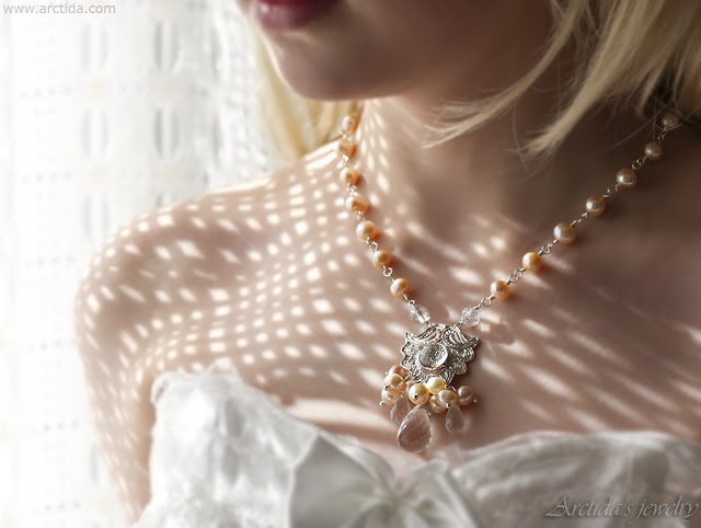 https://www.arctida.com/en/home/151-pearl-bridal-necklace-peach-and-pink-pearl-necklace-with-rock-crystal-clear-quartz-lemai.html