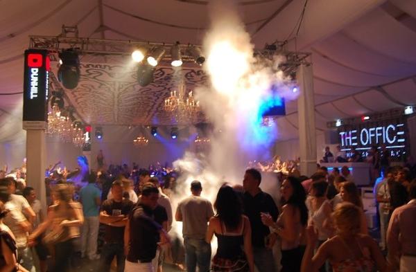 Petrecere in clubul Office Lounge din Mamaia