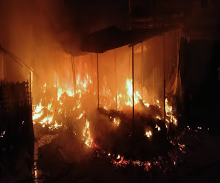 मीनाबाजार सब्जी मंडी में लगी आग, मौके पर पहुंची फायर ब्रिगेड की टीम ने आग पर पाया काबू, लाखों की क्षति