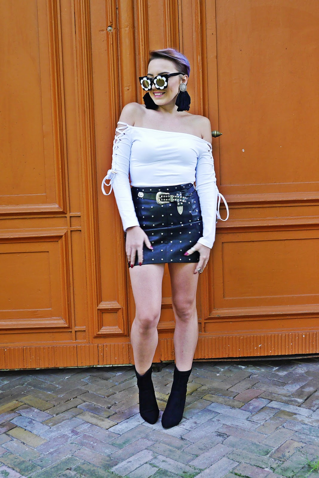 4_flower_sunglass_leather_skirt_socks_shoes_belt_white_top_karyn_blog_modowy_110917