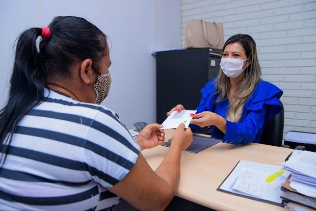 Mais de 1.200 pessoas já receberam os cartões do Auxílio Emergencial Municipal em Luís Eduardo Magalhães