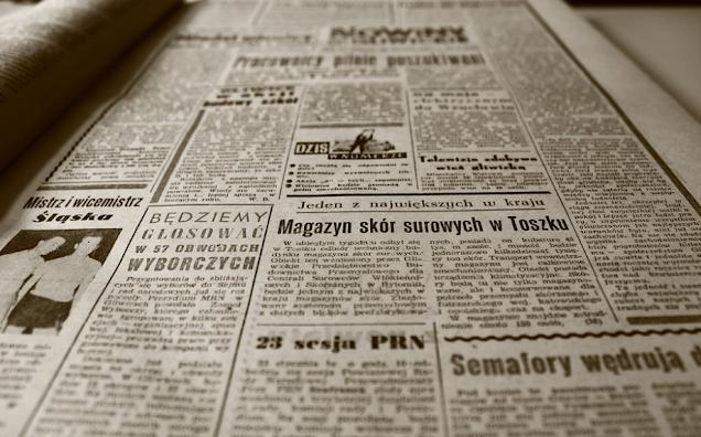 membaca berita