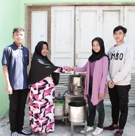 Mahasiswa UNESA bersama UKM Jamu
