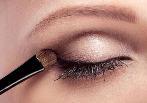 Maquillar la cuenca del ojo con sombra oscura
