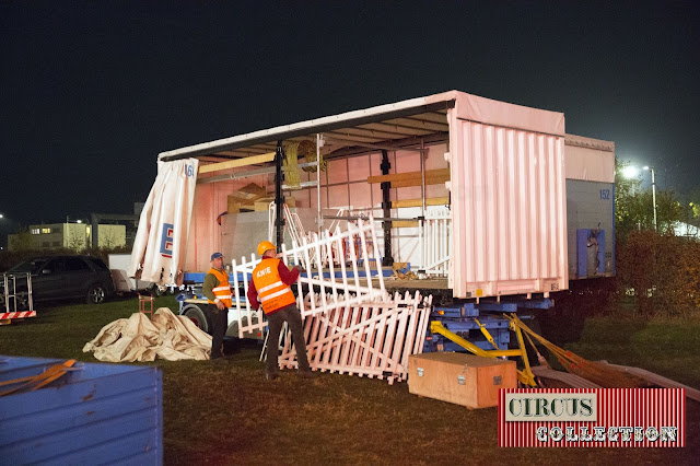 lew barrieres de la devanture du cirque sont charge dans un camion