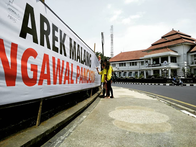Foto Petisi Tanda Tangan Anti Hoax Dukung Pancasila Melingkar Di Bundaran Tugu Malang