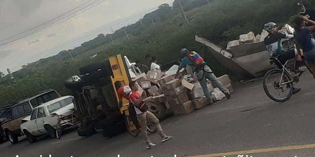 VOLCÓ E IMPACTÓ CON DOS VEHÍCULOS DE LA COLA DE GASOLINA