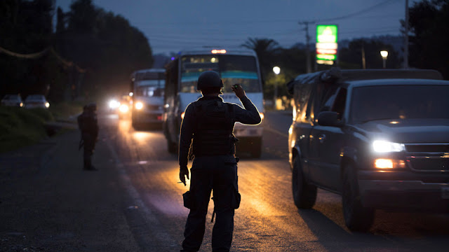 México: Hallan tres cadáveres calcinados y decapitados sobre un vehículo en Michoacán