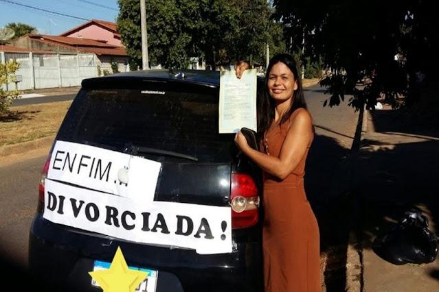 Mulher comemora divórcio com placa colada em carro: 'Me libertei'
