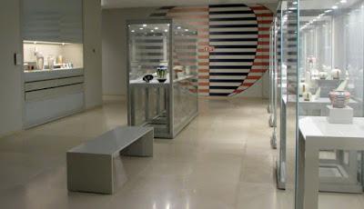salda do Museu da Vista Alegre com várias vitrines expositivas