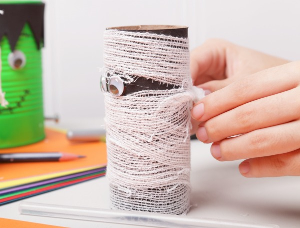 FUN KID PROJECT:  Make cardboard tube mummies! (Halloween craft for kids)