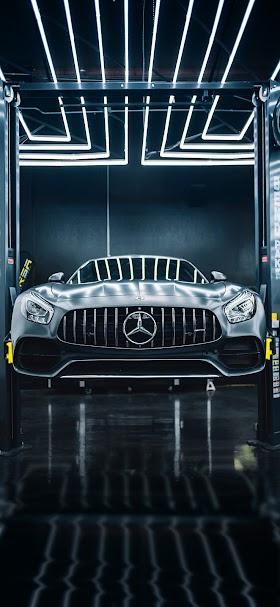 خلفية سيارة مرسيدس سوداء داخل مركز صيانة سيارات