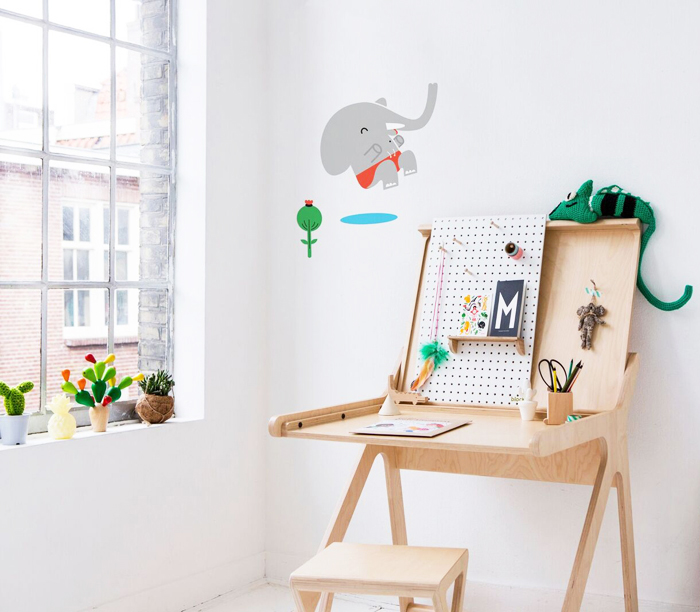 K desk Rafa-kids Makii wall stickers - styling created by Cynthia Schrijver.