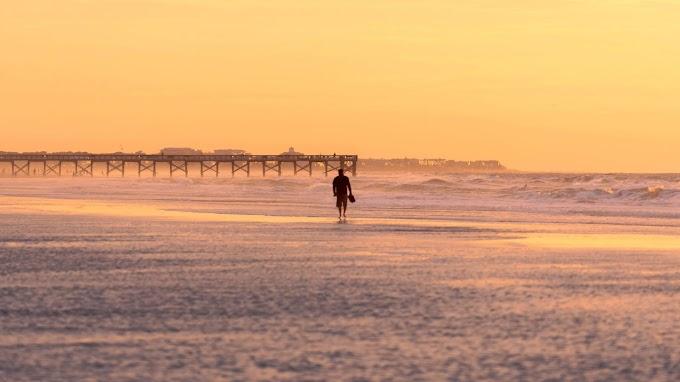 Homem Caminhando Sozinho na Praia