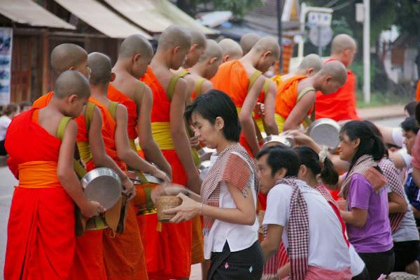Ceremonia de entrega de limosnas - Luang Prabang - Laos