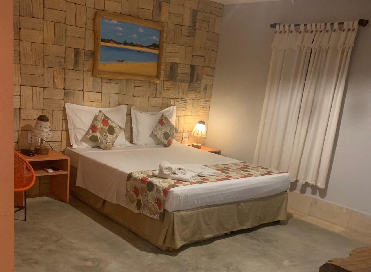 quarto rustico de pousada com cama de casal