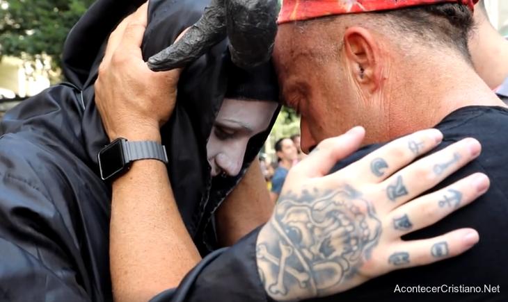 Evangelista Todd White orando por satanista en Brasil
