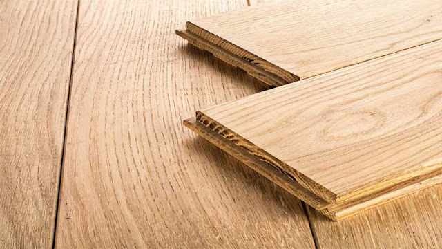 pengganti lantai keramik terbaik yaitu lantai kayu solid