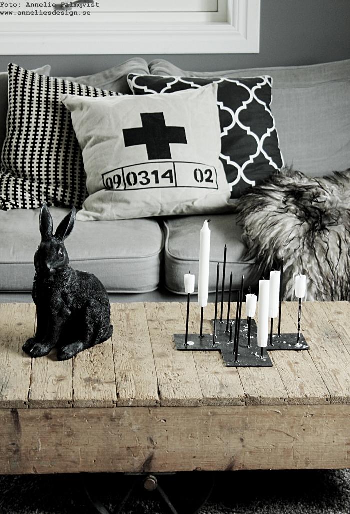 vardagsrum, vardagsrummet, inspiration, kanin, kaniner, ljusstake, ljusstakar, candle cross, kors, piggar, pinnar, trycka på ljusen, annelies design, webbutik, webshop, inredning, nettbutikk, grått, grå, gråa, svart och vitt, svartvit, vit parkett, soffa, tygsoffa, fårskinn