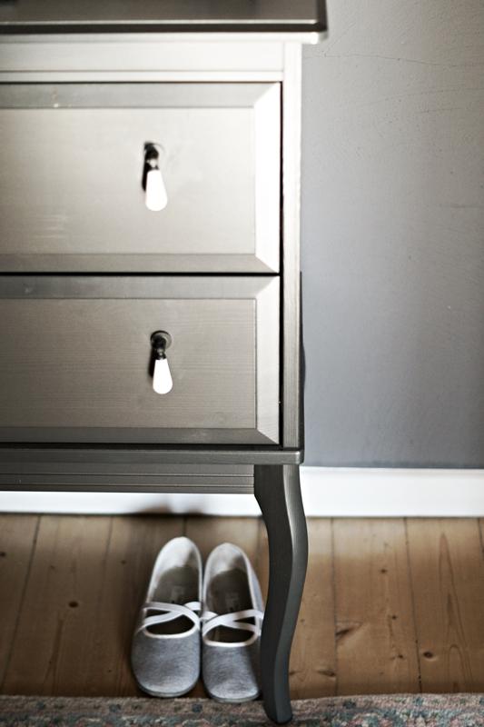 Blog + Fotografie by its me - Rooming Flur, dunkelgraue Kommode von ikea und graue Schläppchen