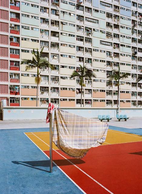 """""""Không phải nơi nào trên thế giới cũng phơi quần áo ở nơi công cộng như tại Hồng Kông, tôi thấy đây là một nét văn hóa độc đáo và muốn ghi lại, cũng như tôi muốn cho mọi người thấy óc sáng tạo của việc tận dụng từng mét vuông nhỏ giữa thành phố chật chội trong cuộc sống thường ngày,"""" Jimmi Ho chia sẻ."""