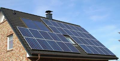 В 2016 ГОДУ РОССИЯ НАЧНЕТ ПЕРЕХОДИТЬ НА СОЛНЕЧНЫЕ БАТАРЕИ В 2016 году Россия будет активно переходить на использование солнечной энергии. К новому источнику энергии давно присматривались в качестве хорошей альтернативы уже использующимся технологиям на территории РФ. В недалёком будущем солнечные батареи составят внушительный процент на рынке электроснабжения и будут на равных конкурировать с ныне имеющимися источниками энергии, которые считаются более опасными с точки зрения экологии и затратными с точки зрения экономики, а может и вовсе постепенно вытеснят их. Подобное решение пришло после грандиозного обвала на токийской бирже в сфере реализации кремния, материала, который является неотъемлемой составляющей в разработке солнечных батарей. Стоит также отметить, что кремниевые солнечные батареи являются разработкой советского и российского инженера Жореса Алфёрова, последнего живого отечественного учёного, который получил Нобелевскую Премию в области физики. Российские специалисты сообщают, что именно за солнечной энергетикой будущее электроснабжения. Уже в ближайшее время солнечные батареи могут вытеснить атомные и даже угольные электростанции, которые помимо пользы также наносят и вред экологии в регионе их расположения