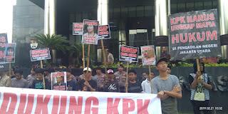 Gedung KPK Dilempari Buku