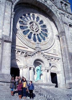 Fotografia do grupo de 7 pessoas envolvidas nesta visita, na escadaria do Templo-Monumento do Sagrado Coração de Jesus e Zimbório, Citânia de Santa Luzia