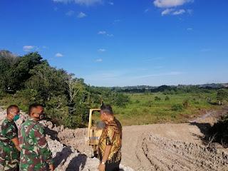Meninjau Pengerjaan Jalan Tembus dari Kandang Buaya Karang Harapan ke Suaran Jaya