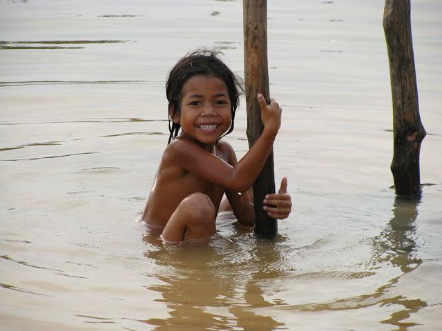 Jeune Cambodgienne jouant dans le Bassac