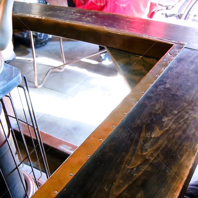 ストーブの木製櫓の内縁に銅板を張り回した