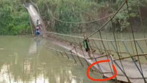 Warga bergelantungan akibat jembatan gantung ambruk di Pandeglang