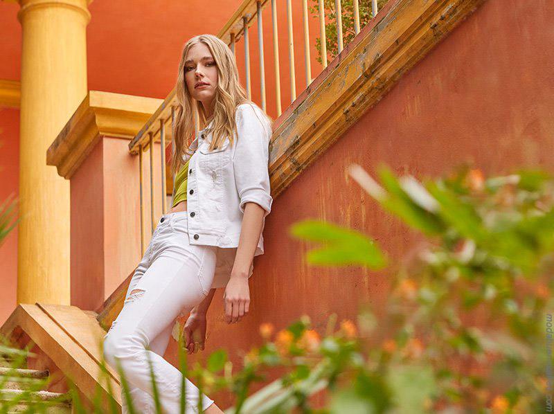 Campera y pantalón de jean blancos: Moda primavera verano 2020 ropa de mujer de moda.