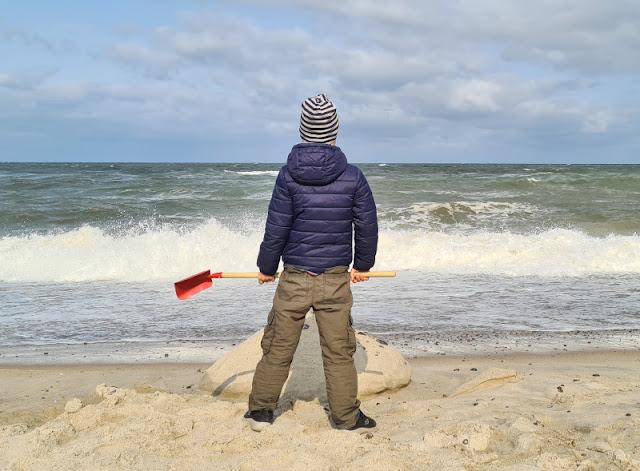 Warum unsere Kinder ihre Rucksäcke selbst tragen (+ Rucksack-Tipps). Die Schaufel mit dem langen Stiel und der roten Schippe nimmt unser Junge ebenso wie seinen Rucksack gern mit an den Strand von Dänemark.