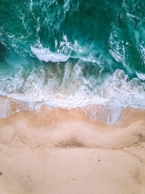 Imagen cenital de una playa y del mar