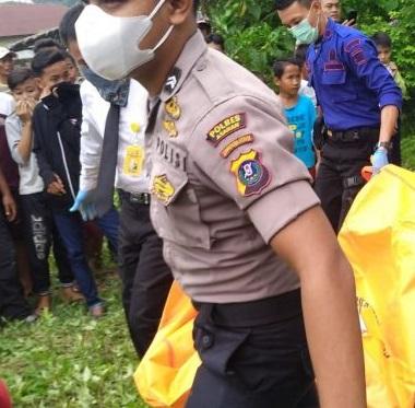 Jenazah korban saat dievakuasi polisi.