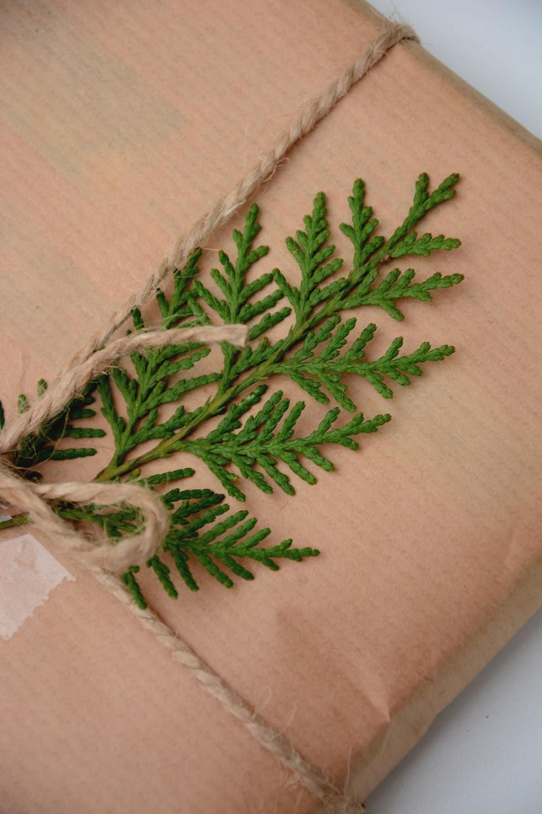 pakowanie prezentów w szary papier, sznurek jutowy