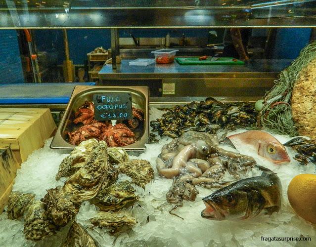 Balcão de frutos do mar no Mercado Público de Valeta, Malta