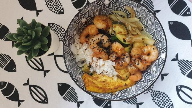 Bowl de tofu con verduras y gambas