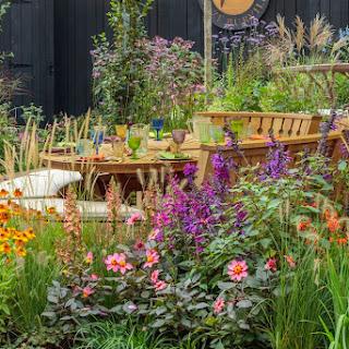 Cuando un stand en Chelsea se convierte en un colorido y alegre jardín de otoño, con vivaces en flor y deslumbrantes arreglos florales