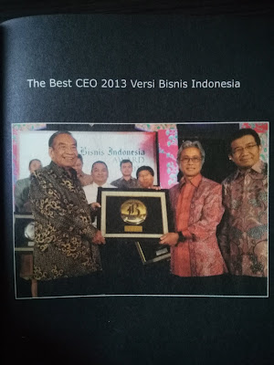 Dwi Soetjipto saat mendapatkan penghargaan CEO terbaik versi Bisnis Indonesia