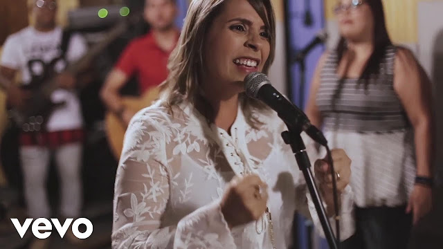 "Raquel Miranda apresenta o clipe ""Em Ti Jesus"""