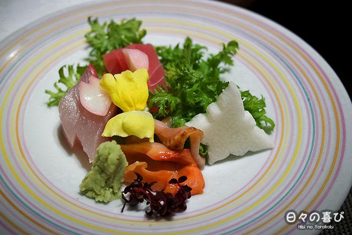focus assiette de sashimi de thon et coquillages