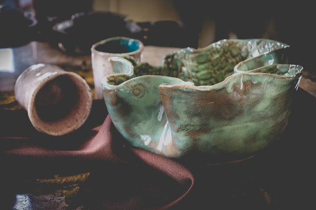 Tigela e copos de cerâmica