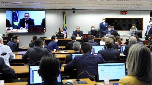 Deputados aprovam na comissão uma bagunça no nosso sistema eleitoral