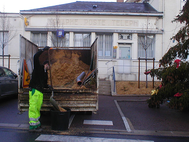 The mulch is recycled ground up tree branches from pruning. Photo taken by Susan of Loire Valley Time Travel.